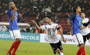 La déception des Français N'Zonzi et Varane, après l'égalisation de l'Allemagne à la dernière minute du match amical entre les deux équipes, le 14 novembre 2017 à Cologne.