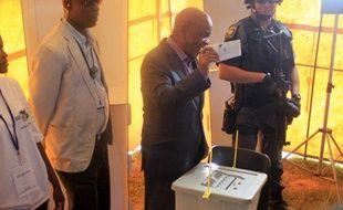 Le Premier ministre du Lesotho Tom Thabane vote dans un bureau électoral de la banlieue de Maseru, le 28 février 2015