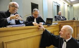 """Les Védrines, riche famille du Sud-Ouest ruinée par un présumé """"gourou"""", ont peiné mercredi devant la Cour d'appel de Bordeaux à restituer, ou même s'expliquer comment pendant près de dix ans, ils ont pu tomber sous l'emprise du prévenu provocateur."""