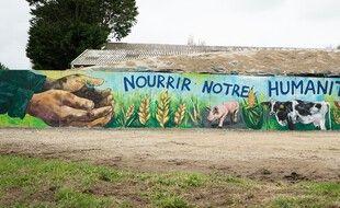 Un éleveur du Finistère a fait recouvrir les tags injurieux par une fresque d'art réalisée par l'artiste Heol.