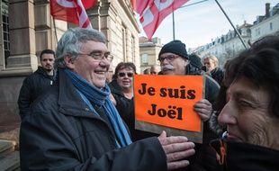 Mulhouse, le 26 février 2016. - Le syndicaliste CGT Joël Moreau a été condamné, ce vendredi, par le tribunal correctionnel de Mulhouse à 250 euros d'amende, ainsi que 500 euros avec sursis, pour des «outrages» envers des forces de l'ordre et le Premier ministre Manuel Valls à l'occasion d'une manifestation lundi 22 février 2016.