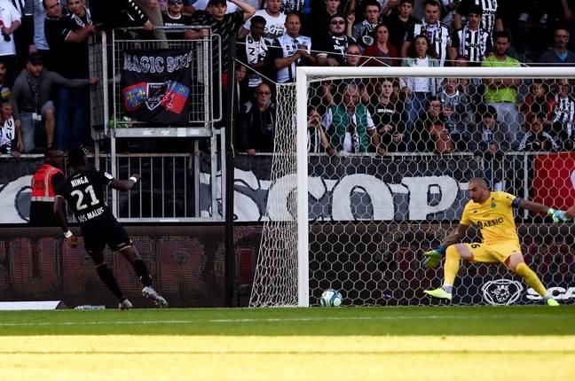 Stéphane Ruffier a encaissé trois buts en dix minutes de Casimir Ninga.