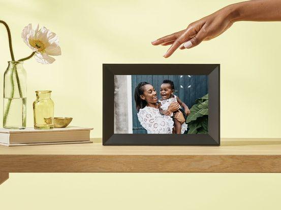 Une zone tactile sur le bord de l'écran sert à faire défiler les images.