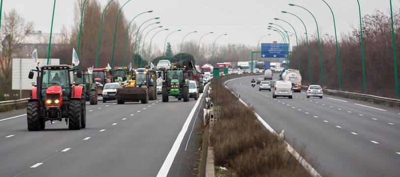 Des agriculteurs manifestent sur leurs tracteurs sur le périphérique de Toulouse, le 31 janvier 2018.
