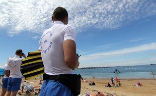 Des CRS surveillent la plage de Bon Secours à Saint-Malo, ici en juillet 2016.