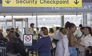 Les étrangers arrivant à l'aéroport international de Washington à partir de jeudi devront fournir leurs dix empreintes digitales, une mesure qui s'étendra à chaque poste-frontière d'ici à fin 2008, a-t-on appris mardi auprès du ministère de la Sécurité intérieure.