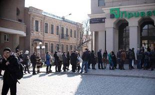 Des gens font la queue devant une banque à Simféropol, le 15 mars 2014