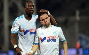 Les joueurs marseillais Rod Fanni et Mathieu Valbuena se congratulent à la fin du match contre Saint-Etienne.