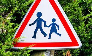 Un panneau signalant une école. Illustration.