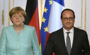 Angela Merkel (D) et François Hollande (D) lors d'une conférence de presse commune au palais de l'Elysée, le 6 juillet 2015