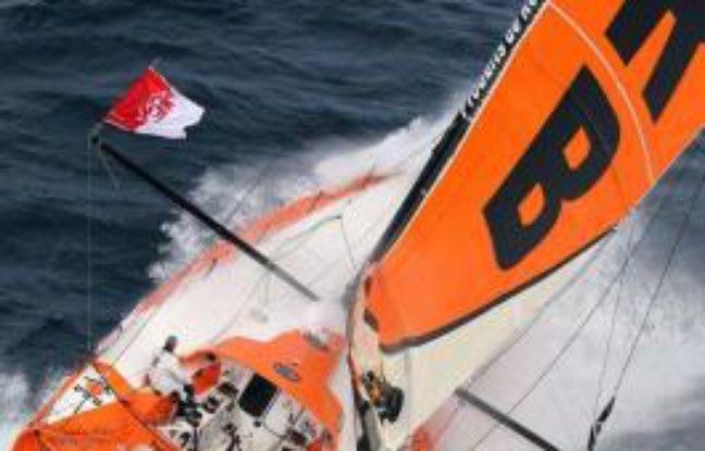 Le Français Vincent Riou, l'un des grands favoris du Vendée Globe 2012-2013, a décidé d'abandonner suite à l'avarie causée samedi à son bateau (PRB) lors d'une collision avec une bouée métallique au large des côtes brésiliennes, a annoncé dimanche son équipe