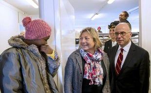 La maire de Calais Natacha Bouchart (c), et le ministre de l'Intérieur Bernard Cazeneuve (d) visitent le centre d'accueil de jour Jules Ferry, le 4 mai 2015 à Calais