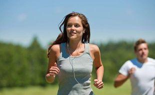 Une joggeuse qui écoute de la musique pendant son activité.