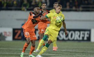 La Nantais Yacine Bammou face au défenseur lorientais Yoann Wachter, le 20 décembre 2014.