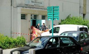Des policiers sur le lieu de la fusillade qui a fait deux morts, le 25 avril 2016 à Greoble