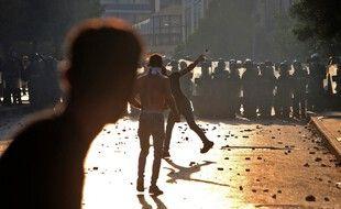 L'armée libanaise et les forces de sécurité affrontent des manifestants près du parlement dans le centre-ville de Beyrouth le 4 août 2021