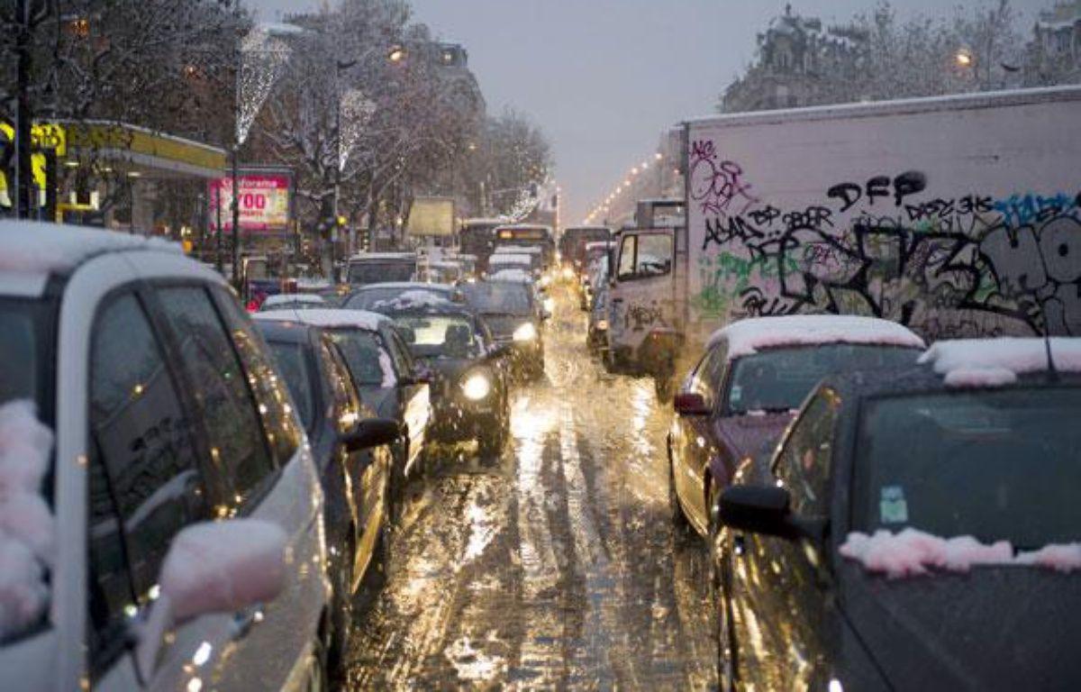 Véhicules bloqués par la neige au niveau de Villeneuve-Saint-Georges (Val-deMarne) le 8 décembre 2010. – AFP PHOTO/BERTRAND LANGLOIS