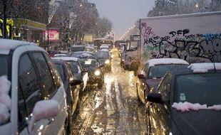 Véhicules bloqués par la neige au niveau de Villeneuve-Saint-Georges (Val-deMarne) le 8 décembre 2010.