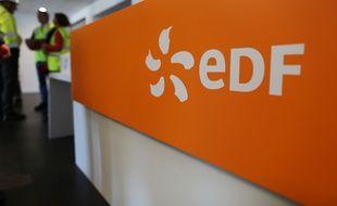 Photo du logo d'EDF, prise le 28 septembre 2015 à Flamanville.
