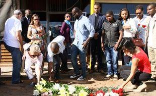 Des gens rendent hommage à Gilles Cistac, assassiné à Maputo au Mozambique, le 3 mars 2015.