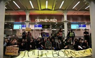 Des manifestants bloquent les accès aux terminaux Eurostar dans la gare de Saint-Pancras, le 16 octobre 2015 à Londres