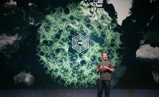 Le réseau social sur internet Facebook, qui réunit désormais plus de 10% de la population mondiale, semble bien avoir rétréci le monde, en ramenant à 4,74 en moyenne les degrés de séparation entre deux individus, au lieu des 6 degrés communément admis depuis les années 1920.