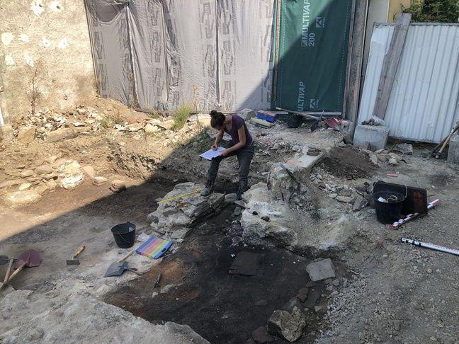 Une archéologue en plein travail sur le site de Rezé.