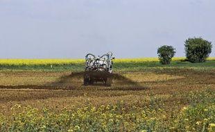 Illustration d'un tracteur épandant du lisier, ici en 2018 dans la Sarthe.