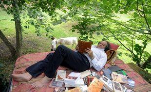 Gonzague Saint-Bris, fondateur et président de la Forêt des livres, dans son lit de lecture, à Chanceaux-près-Loches.