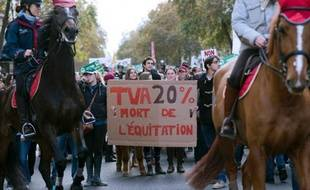 Des milliers de cavaliers et de poneys, venus de toute la France, vont battre les pavés parisiens dimanche pour protester contre la hausse de la TVAde 7% à 20%.
