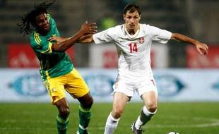 Le Serbe, Milan Jovanovic, à la lutte avec le Sud-Africain, Mcbeth Sibaya, lors d'un match amical à Pretoria, le 12 août 2009.