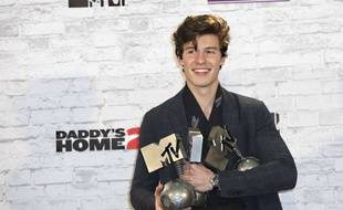 Le chanteur canadien Shawn Mendes pose avec ses récompenses après les MTV Europe Music Awards, à Londres, le 12 novembre 2017.