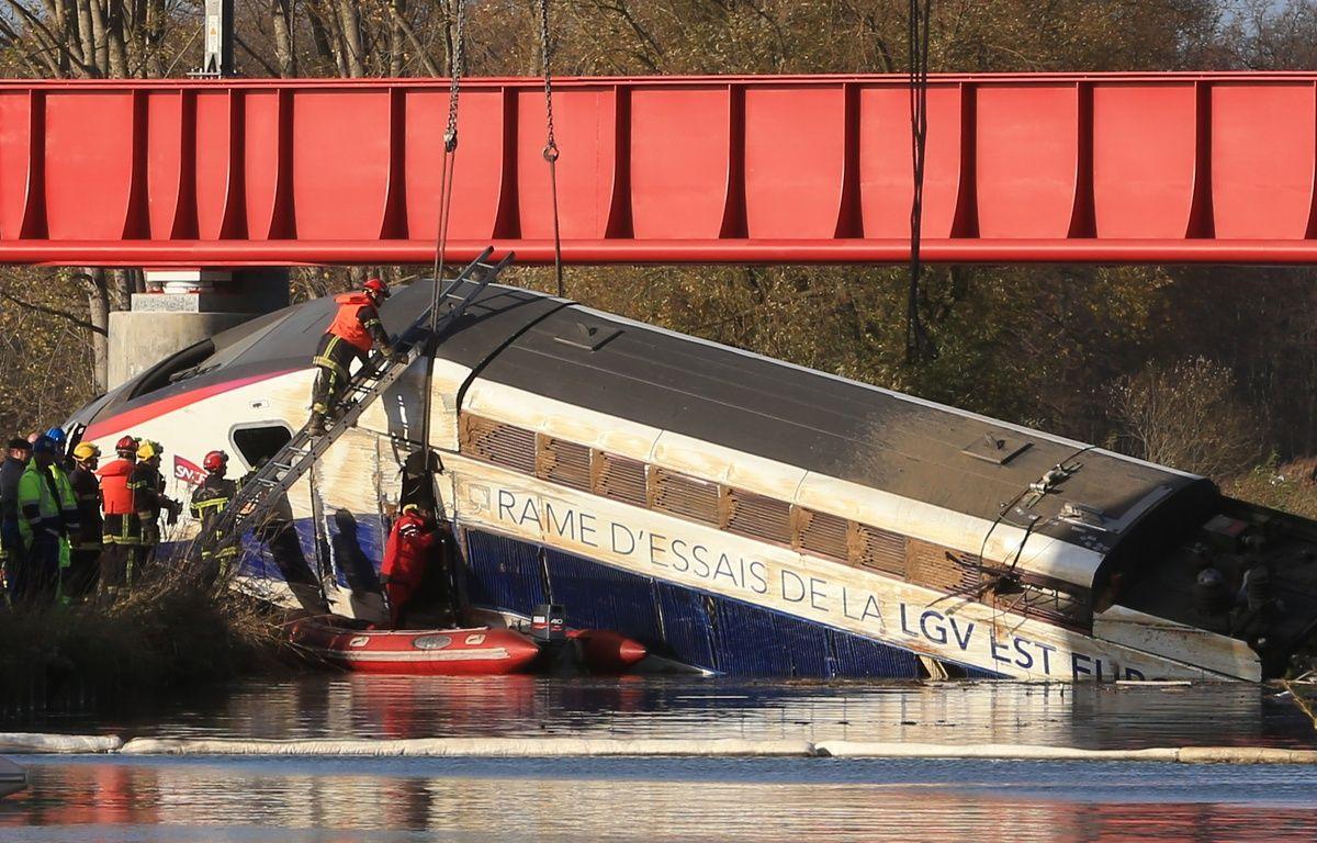 Le levage de la motrice du TGV Est accidenté sous le regard des badauds en novembre 2015. – G. Varela / 20 Minutes