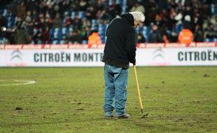 Les jardiniers du stade de La Mosson n'y peuvent pas grand-chose cette fois-ci. Le pythium est dans la place.