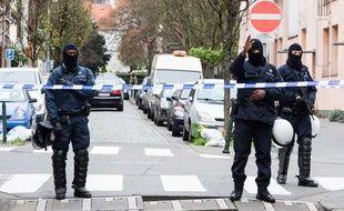 Des policiers belges à Molenbeek, en Belgique, le 16 novembre 2015.