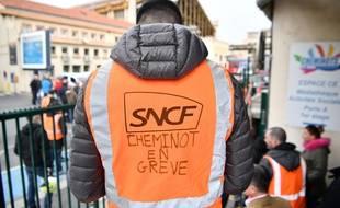 Un cheminot en grève le 3 avril à Marseille.
