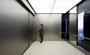 Le plus grand ascenseur du monde à Osaka, au Japon, dans l'Umeda Hankyu Building, en mai 2010.