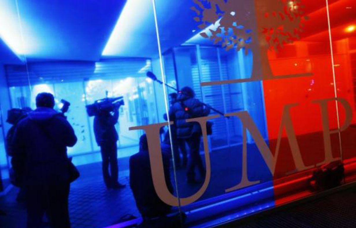 Des journalistes au siège de l'UMP alors qu'une perquisition à lieu, le 29 octobre 2014 – Thomas Samson AFP