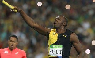 Usain Bolt fête la victoire de la Jamaïque en relais le 19 août 2016.