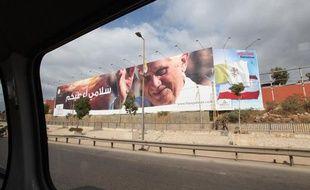 Des portraits du Pape sont installés dans les rues de Beyrouth au Liban pour son arrirvée.