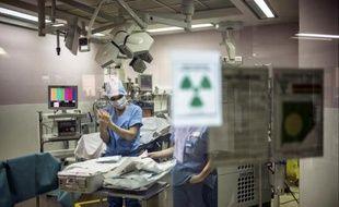 Un chirurgien à l'hôpital Edouard Herriot, à Lyon, le 10 avril 2014