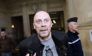 """Alain Soral  au tribunal de Paris à Paris le 12 mars 2015, pour son procès pour avoir publié sur Internet une photo de lui prise à Berlin devant le Mémorial dédiés aux Juifs assassinés d'Europe, en faisant le geste de la """"quenelle""""(Archives)"""