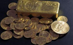 Un lingot et des pièces d'or.