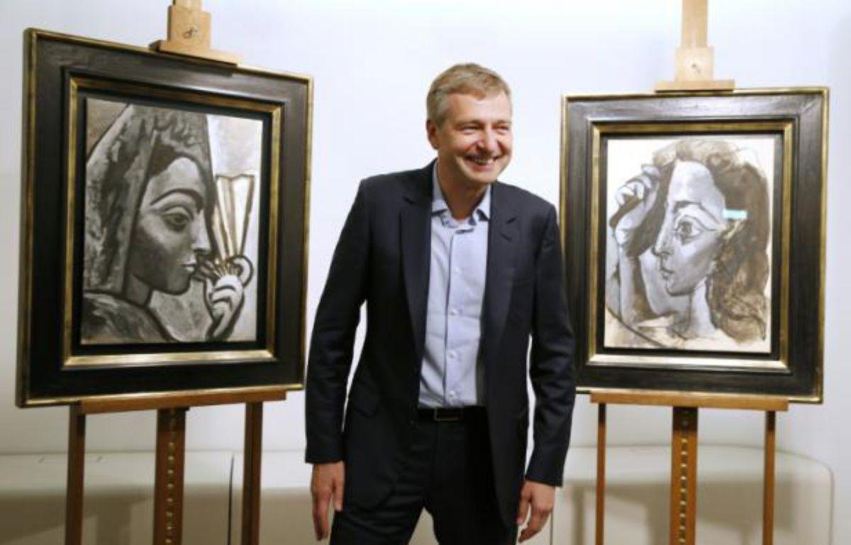 L'oligarque russe Dmitry Rybolovlev remet à la justice française, le 16 septembre 2015 à Paris, deux tableaux de Picasso présumés volés et qu'il avait acquis auprès du négociant d'art suisse Yves Bouvier – PATRICK KOVARIK AFP