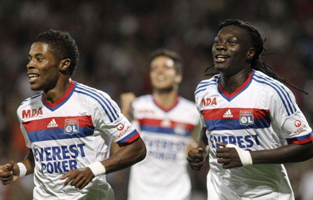 Les Lyonnais Michel bastos (à gauche) et Bafé Gomis, le 15 octobre 2011, contre Bordeaux, au stade de Gerland. – Laurent Cipriani/AP/SIPA