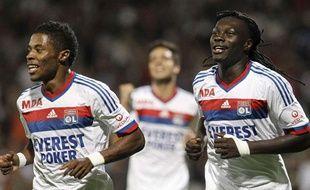 Les Lyonnais Michel bastos (à gauche) et Bafé Gomis, le 15 octobre 2011, contre Bordeaux, au stade de Gerland.