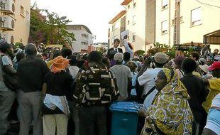 L'intersyndicale de Mayotte lit sa lettre ouverte à Stanislas Martin, médiateur du ministère, au milieu des manifestants, le 24 octobre 2011 à Mamoudzou (Mayotte).