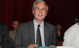 Le maire UMP de Draveil Georges Tron s'installe, le 17 juin 2011 à Draveil à son arrivée au conseil municipal.