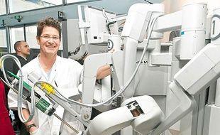 Gilles Pasticier, urologue, avec le robot Da Vinci du CHU de Bordeaux.