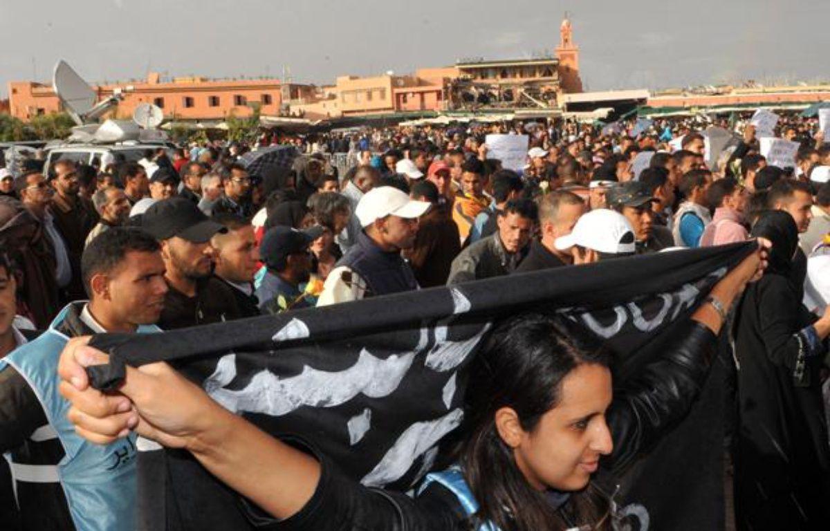 Des Marocains manifestent à Marrakech à l'appel du mouvement du 20-Février, le 29 avril 2011, au lendemain de l'attentat qui a visé un restaurant de la place Djemaa el Fna. – AFP PHOTO /ABDELHAK SENNA